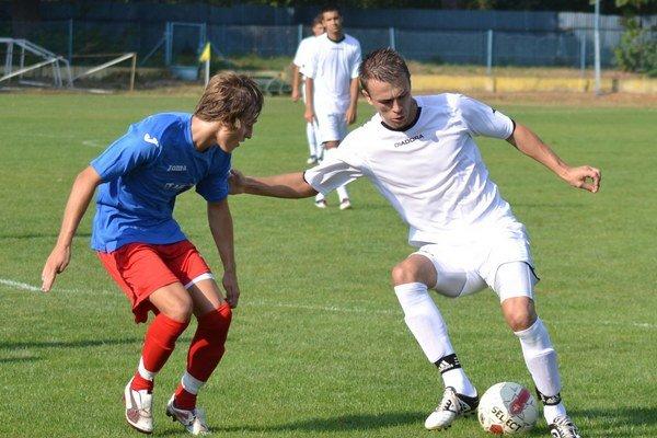 Prvýkrát dal šesť gólov. T. Čižmár (vpravo) si zgustol na celku Poproča.
