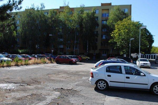 Parkovisko. Obyvatelia sídliska tu môžu parkovať len do marca budúceho roka. Mesto odpredalo spevnenú plochu majiteľovi pozemku.