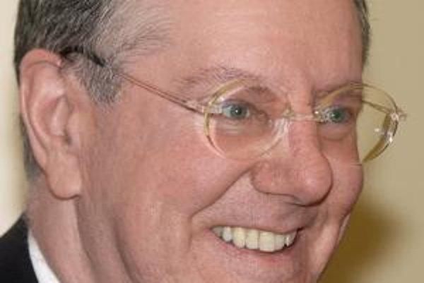"""Steve Forbes prednášal v roku 2003 na Slovensku. Prečítajte si <a href=""""http://ekonomika.sme.sk/c/5054159/forbes-za-krizu-moze-vela-dolarov.html"""">čo povedal v rozhovore pre denník SME</a>."""