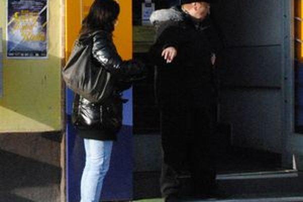 Dobrovoľníčka združenia pred poštou v Humennom. Zbierala pre onkologicky choré deti.