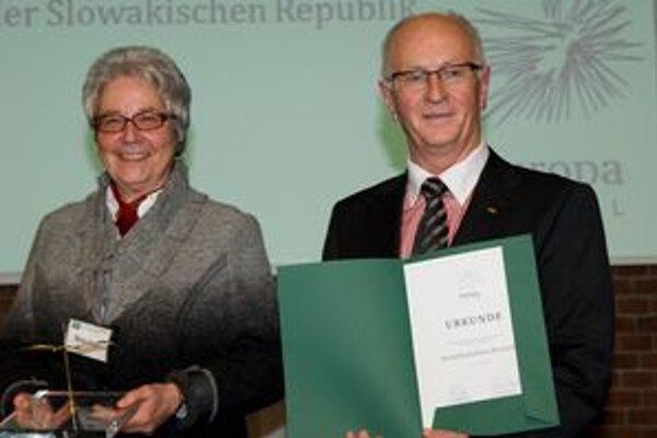 Manželia Brauschovci si prebrali cenu za charitatívnu činnosť.