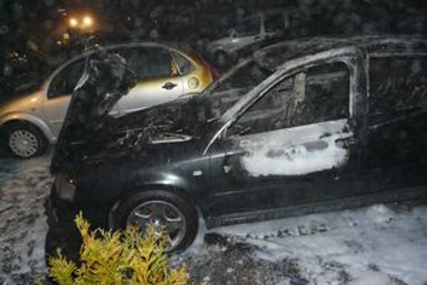 Audi a renault zhoreli takmer úplne do tla.