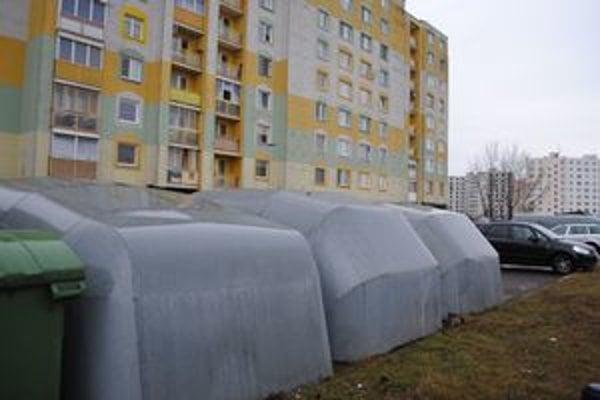 Plechové garáže. Podľa vedenia mesta pôsobia neesteticky a zaberajú priveľa miesta.