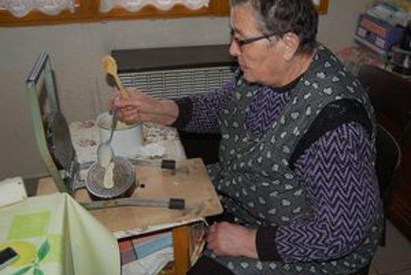Pani Anna Smrigová tento rok napiekla už 5-tisíc vianočných oblátok.