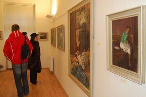 Silvestrovská vernisáž. Na Moussonove diela bolo zvedavých množstvo ľudí.