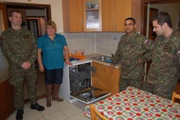 Užitočný dar od vojakov. Výťažok zo zbierky putoval na nákup umývačky riadu.