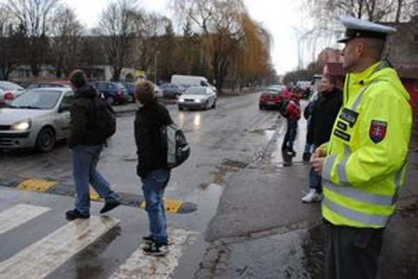 Policajti na priechodoch. Stoja v blízkosti všetkých škôl v rannej a popoludňajšej špičke.