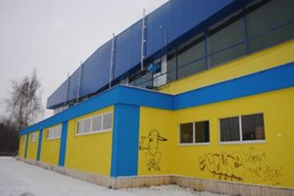Mestská hala. Sprejeri postriekali novú fasádu na viacerých miestach.