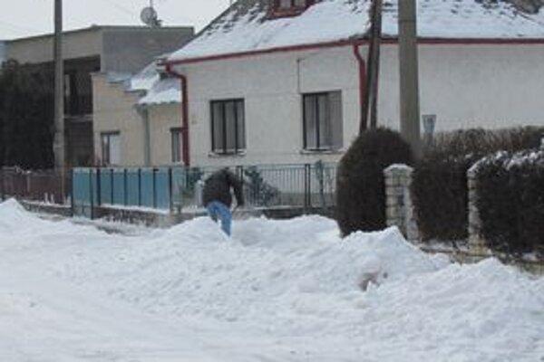 Vyhnite sa problémom. Odpratať sneh spred domu sa oplatí.