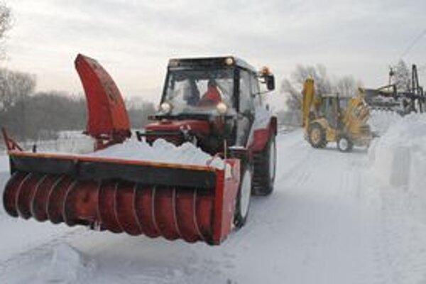 Zaviate cesty. V okolí Oborína permanentne pracuje ťažká technika a snežné frézy.