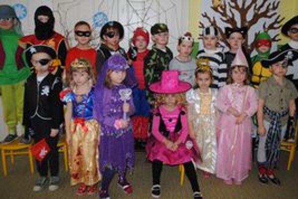 Karneval IV. materskej školy. Nechýbali čarodejnice, víly či vojaci.