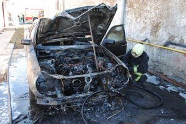 Zhorený mercedes. Auto horelo pred budovou materskej školy. Hrozilo, že sa plamene rozšíria aj na škôlku.