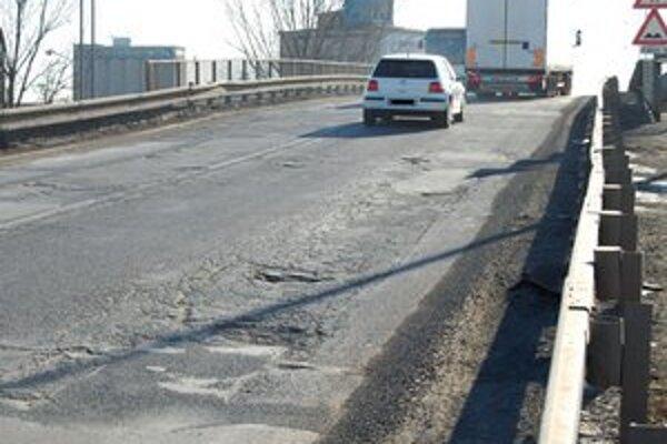 Dnešný nelichotivý stav. Vodiči sa musia vyhýbať výtlkom a veľkým dieram.