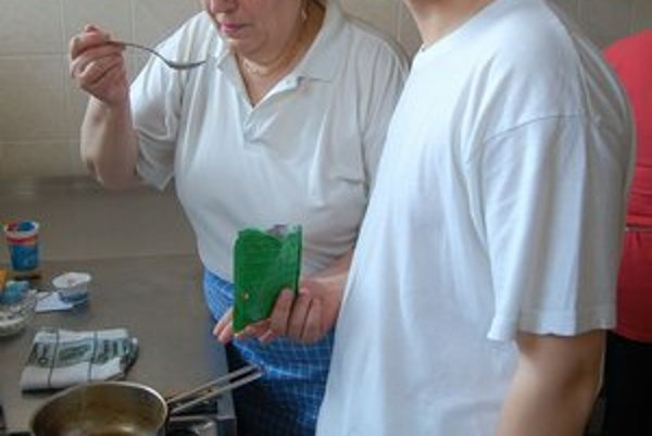 Anna Džurinová s vnukom Rišom. Pripravovali tradičné lokše.