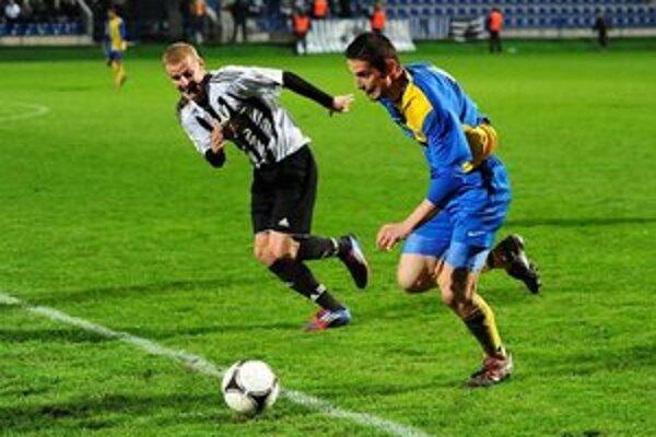 Nešťastný strelec otváracieho gólu. J. Dargaj (vpravo) si vsietil vlastný gól.