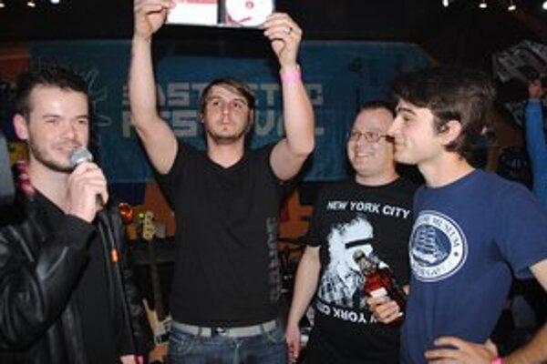 Krst. Krstným otcom debutového albumu michalovskej skupiny Hostel je Pavol Hospodár (vpravo).