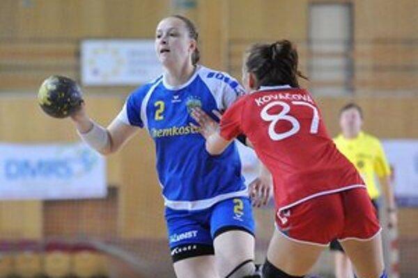 V Pezinku sa jej darilo. Ukrajinka J. Bachyrievová (vľavo) vsietila poltucet gólov.