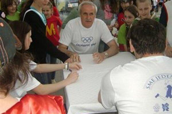 Autogramiáda olympionikov. Na podpisy športovcov sa žiaci tešili.