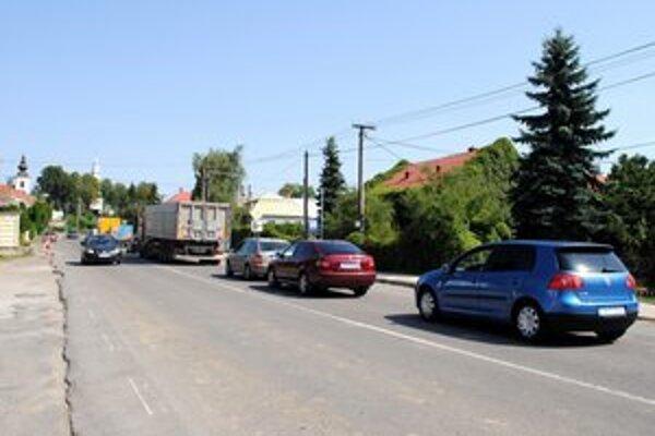 Cesta v obci Trhovište skúšala nervy vodičov dlhý čas.