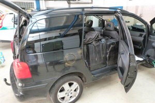 Kontraband. Vodič sa správal podozrivo. Colníci v aute našli 270-tisíc cigariet.