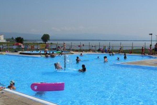 Bazény na Šírave. Ľudia tu trávia horúce letné dni.