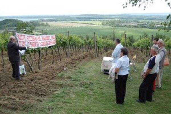 Odomykanie vinohradov. Rituál má ochraňovať vinič pred ľadovcom.