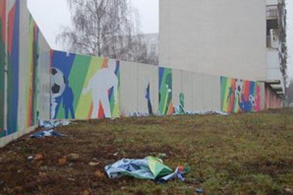 Dielo na múre nevydržalo ani dva mesiace. Dnes tieto múry nanovo skrášlili žiaci michalovských umeleckých škôl. Veria, že ich dielo vydrží dlhšie ako predchádzajúci pokus.