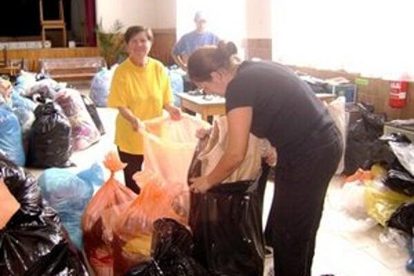Každý pridal ruku k dielu. Pri zbere šatstva pomáhali aj Zalužičania.