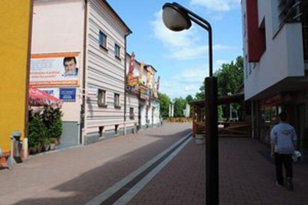 Verejné osvetlenie. V Michalovciach osvetlia ďalšie ulice a opravia poruchy na káblových rozvodoch.