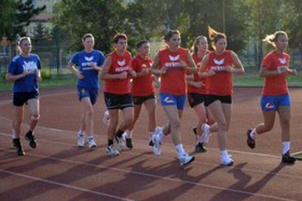 Začali letnú prípravu. Zapojili sa do nej aj posily Vinyuková (vľavo) a Snopová (druhá zľava).