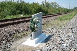 Miesto zrážky. Na počesť železničiarov, ktorí pri zrážke vlakov zahynuli, tu stojí pomníček.