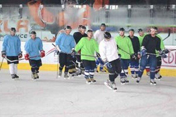 Michalovčania včera vykorčuľovali na ľad. Kormidelník Miroslav Ihnačák mal k dispozícii 21 hokejistov.