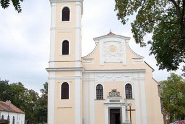 Fresky. Mali by sa nachádzať na stenách a strope rímskokatolíckeho Kostola narodenia Panny Márie.