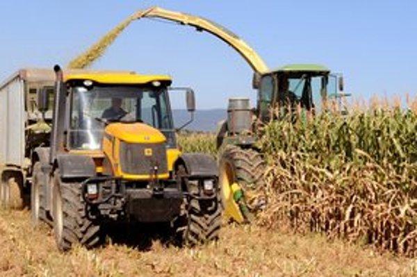 Predčasný zber kukurice na siláž kvôli suchu v obci Choňkovce.
