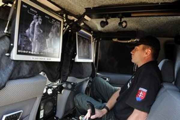 Na snímke policajné terénne vozidlo s technikou upravené na denné a nočné videnie. Polícia na hranici ukázala techniku, ktorou zasahuje aj proti organizovanému obchodu s ľuďmi.