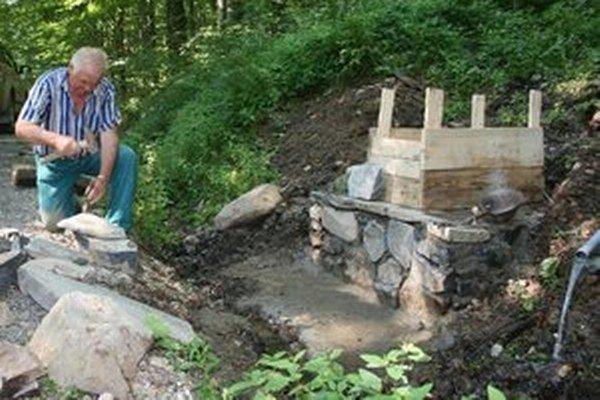Práce na studničkách. Turisti sa môžu vo Vihorlatských vrchoch osviežiť vo vynovených studničkách.