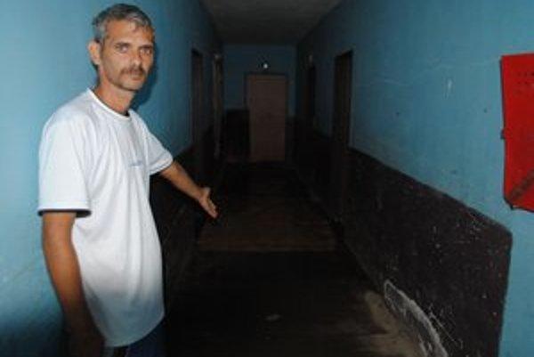 Nespokojní nájomníci. Voda sa im valila do nízkoštandardných bytov už od soboty.