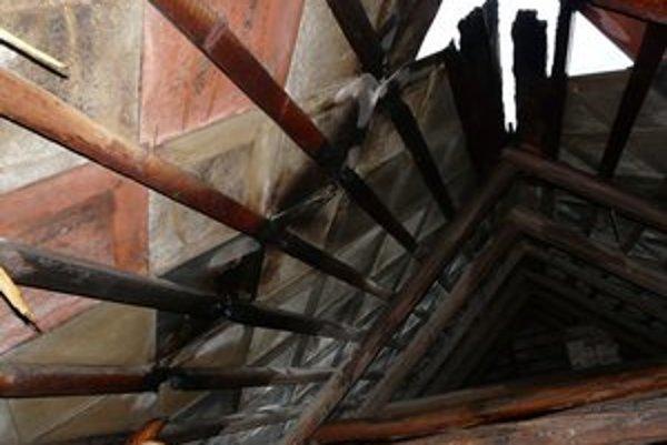 Strecha horela po údere blesku. Hasičom sa podarilo oheň včas zlikvidovať.