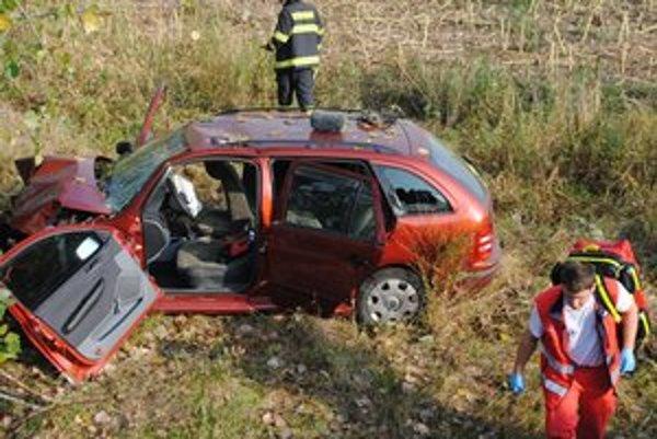Po náraze do stromu sa zranila starostka Fekišoviec a kontrolórka.