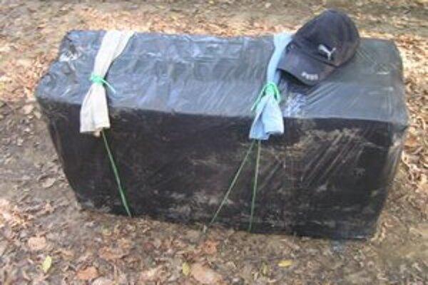 Pašeráci prenášali cez hranicu takéto dva balíky plné cigariet. Šiltovka patrí jednému z nich.