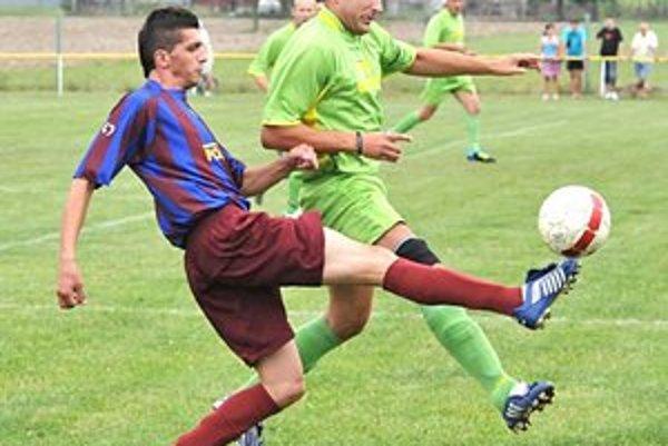 Otváral skóre zápasu. Valentín Piskor (vľavo) sa proti Hatalovu presadil z penalty.