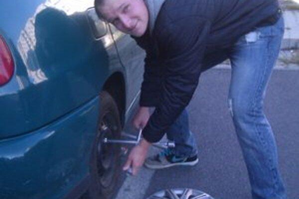 Martin Vojtek. Zimné pneumatiky si sám neprezúva. Necháva to radšej na pneuservis.