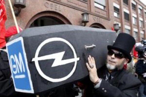 Minulý rok protestovali v Nemecku proti zatvoreniu závodov tisíce zamestnancov. Na snímke zamestnanec automobilky Opel nesie rakvu popri hlavnom vchode do historickej budovy automobilky Opel v Rüsselsheime.