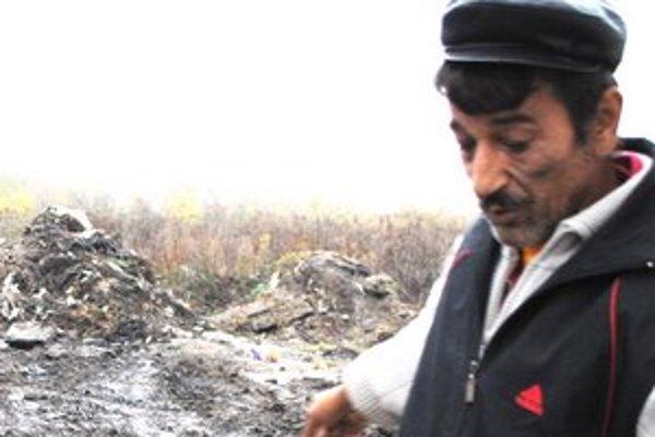 """Odpad v osade. """"Mesto tu navozilo okolo desať tatroviek odpadu,"""" ukazuje Jozef Kima. Samospráva tvrdí, že navozili iba hlinu."""