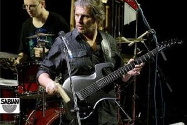 Michal Fedor (vľavo vzadu) je na celoslovenskom turné s Andrej Šeban Band.