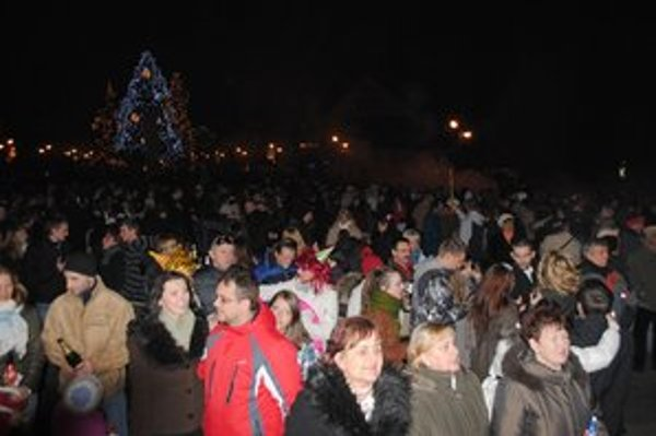 Silvester na námestí. Michalovské Námestie osloboditeľov sa každoročne naplní až do prasknutia.