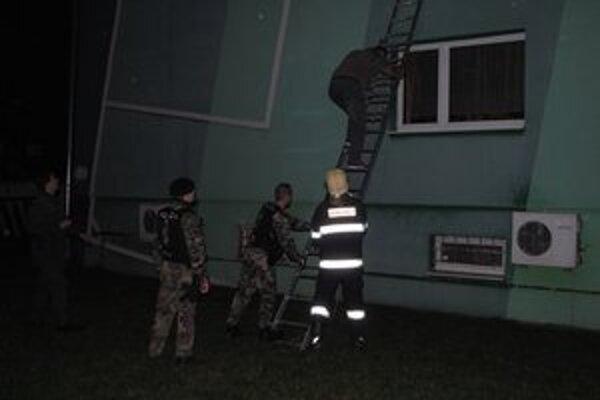 Ľudí evakuovali z horiaceho hotela pomocou rebríkov.