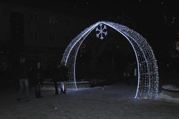 Nové prvky. Osvetlené brány a svetelná fontána očarili Michalovčanov.