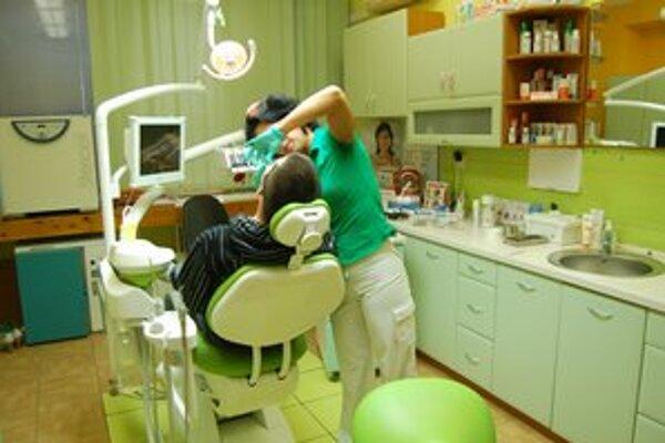 Preventívne prehliadky. Minimálne raz ročne by mal zubára navštíviť každý dospelý človek.