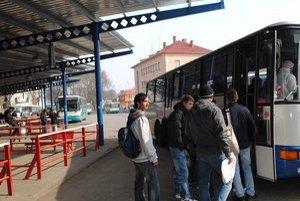 Autobusy cestujúcich z Veľkých Kapušian rozvážajú na všetky smery. Hoci do mesta vedie trať.